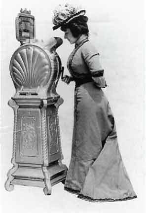 Anna Held devant un Mutoscope